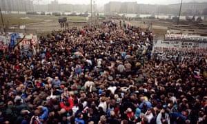 Crowds at Berlin Wall
