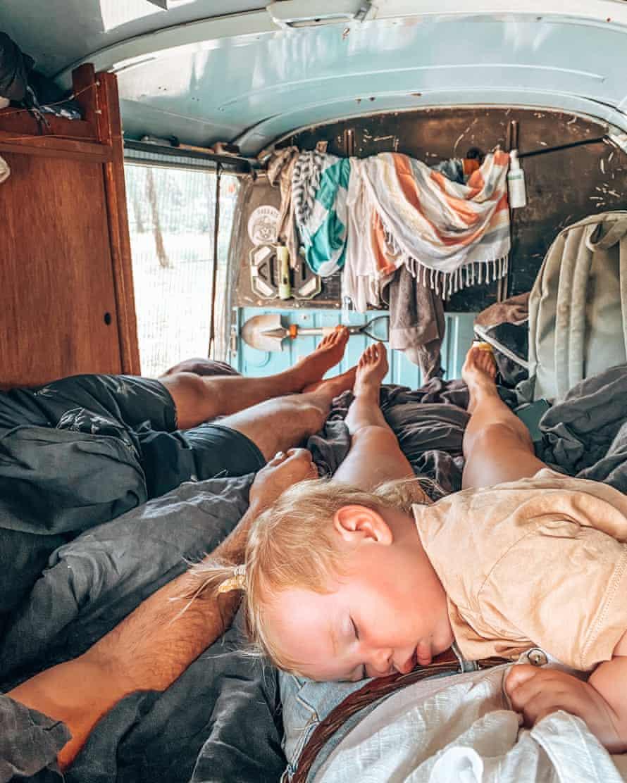 کودک زوری اسمیت در داخل ون کامبی و او و والدینش کارستن و ماکسین اسمیت در استرالیا سفر می کنند
