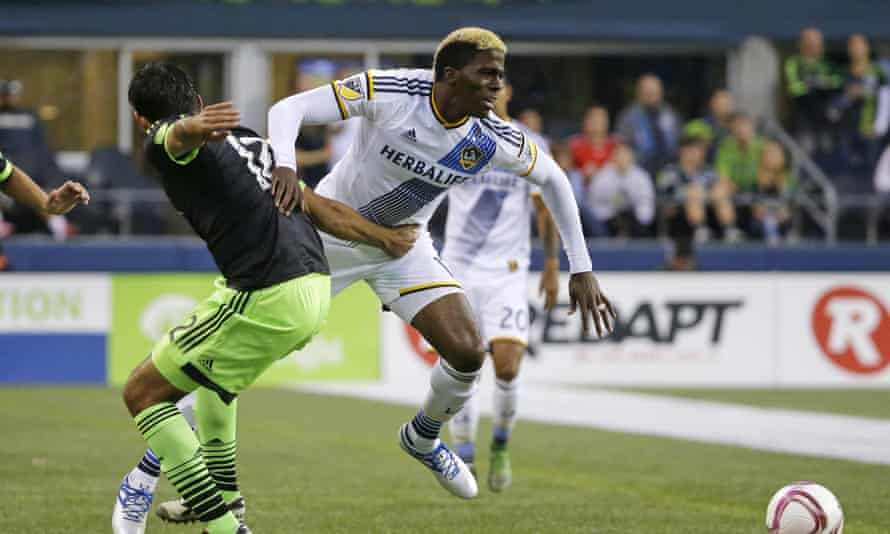 LA Galaxy's Gyasi Zardes goes past Seattle Sounders defender Leonardo Gonzalez.