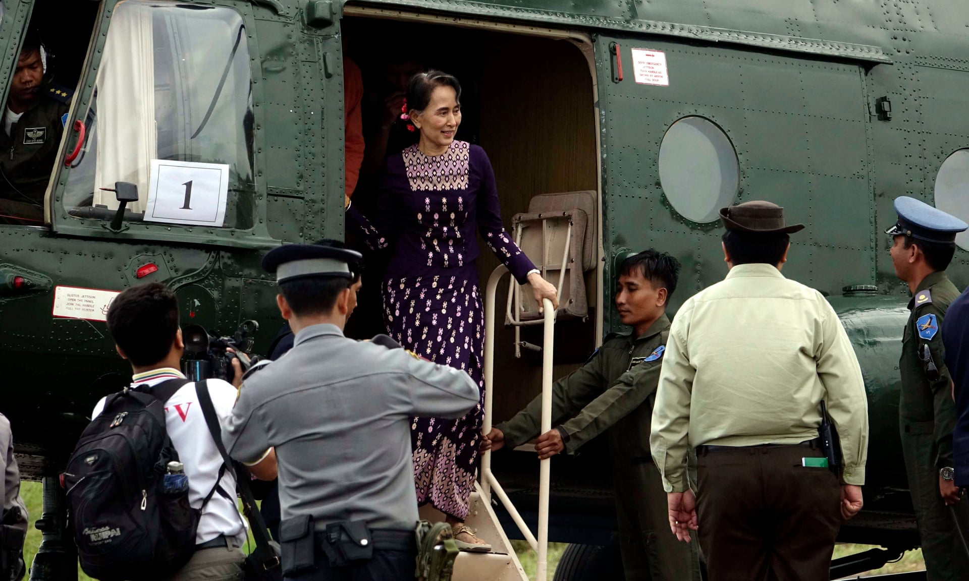 Aung San Suu Kyi arriva dalla città di Maungdaw all'aeroporto di Sittwe, nello Stato di Rakhine, durante la sua visita a sorpresa nella regione. Credits to: Nyunt Win/EPA.