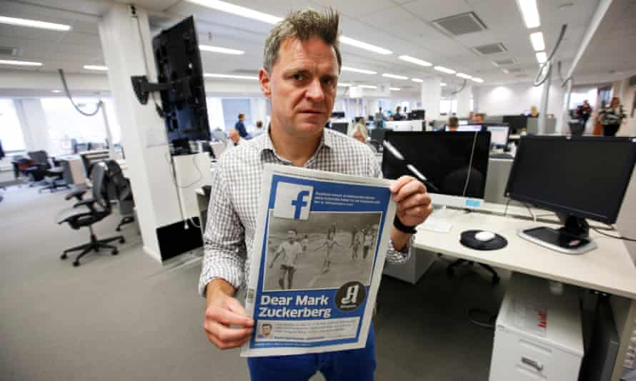Editor-in-chief Espen Egil Hansen with the edition of Aftenposten featuring the photo and an open letter to Mark Zuckerberg, accusing him of abusing power.