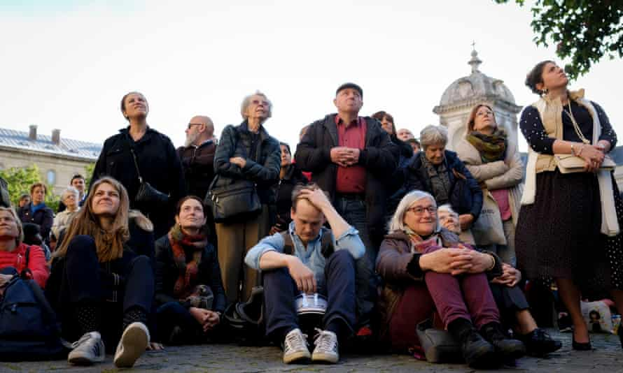 France To Launch Competition To Rebuild Notre Dame Fire-ravaged Spire(190417) -- PARIS, April 17, 2019 (Xinhua) -- People attend a ceremony to pay tribute to the Notre Dame Cathedral in Paris, France, on April 17, 2019. France will launch an international competition to re-design the spire of Notre Dame Cathedral which collapsed in a devastating fire Monday evening, French Prime Minister Edouard Philippe announced on Wednesday. (Xinhua/Alexandre Karmen)
