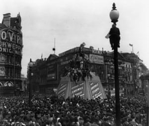 VE Day, 1945: Crowds gather in piccadilly circus  to celebrate the end of the second world war