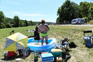 Stage 4: Reims – Nancy, 213.5km Spectators keep cool in a paddling pool during the fourth stage