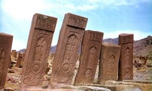 Некоторые из тысяч хачкаров Джульфы, примерно в 16 веке, были сфотографированы в 1970-х годах до их уничтожения.