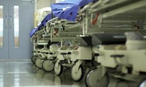 Pasillo del hospital con camillas y camillas