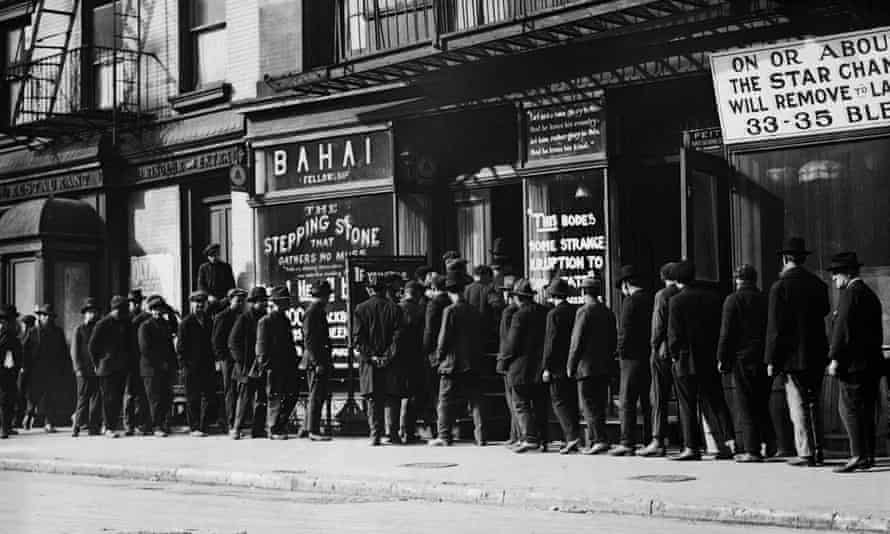 Unemployed men queue for coffee and bread, Great Depressio, New York circa 1930