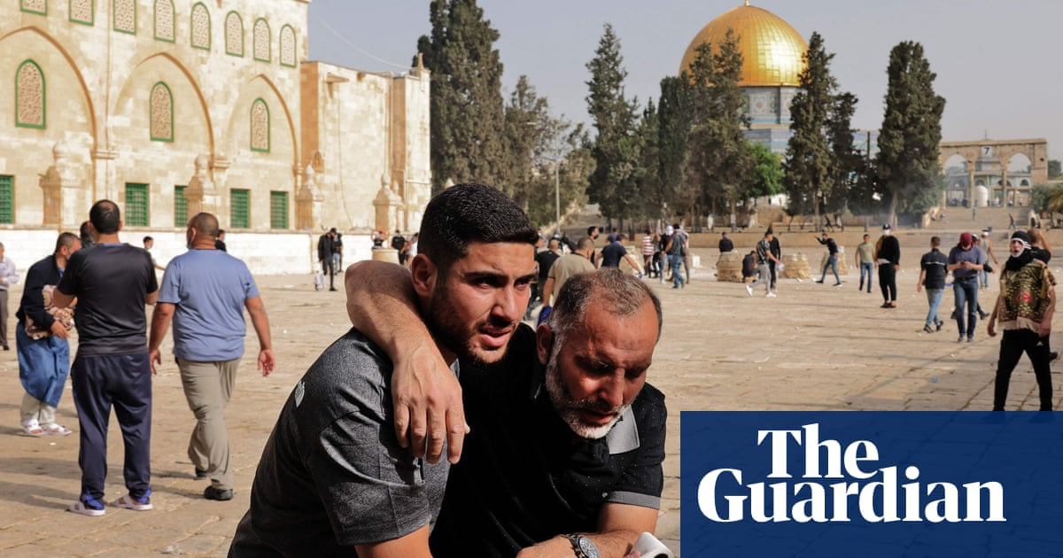 Israeli police clash with Palestinian protesters at al-Aqsa mosque – video