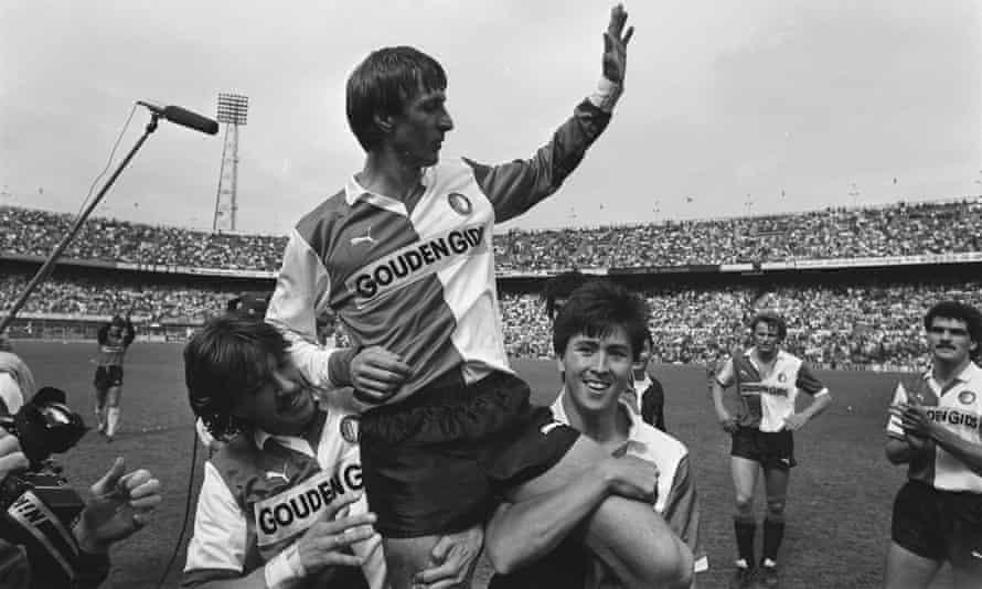 johan cruyff (c) de kuip stadyumu çevresinde başkanlık ediyor