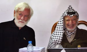 Uri Avnery, left, with the Palestinian leader Yasser Arafat during a meeting in the West Bank city of Ramallah, 2002.