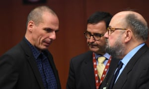 Greece's Finance Minister Yanis Varoufakis (L) speaks with Greek delegation members during an Eurogroup finance ministers meeting at the European Council in Brussels, March 9, 2015.