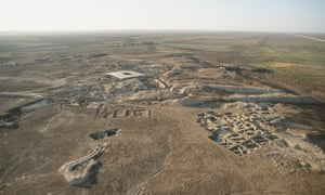 Aerial view of Mari before the arrival of IS. The protective roof over the palace area is visible at the centre.