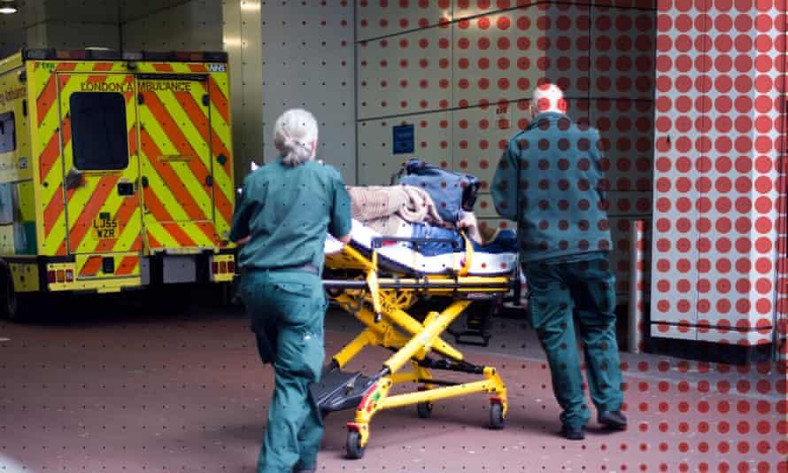 امدادگران که با یک بیمار به بیمارستان می رسند