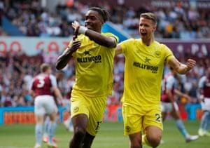 Evan Toni (a sinistra) di Brentford festeggia il suo primo gol per Christopher Agger.