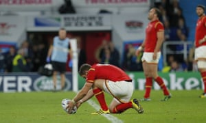 Dan Biggar lines up a penalty