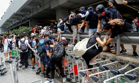 Hong Kong: riot police pursue pro-democracy protesters from airport