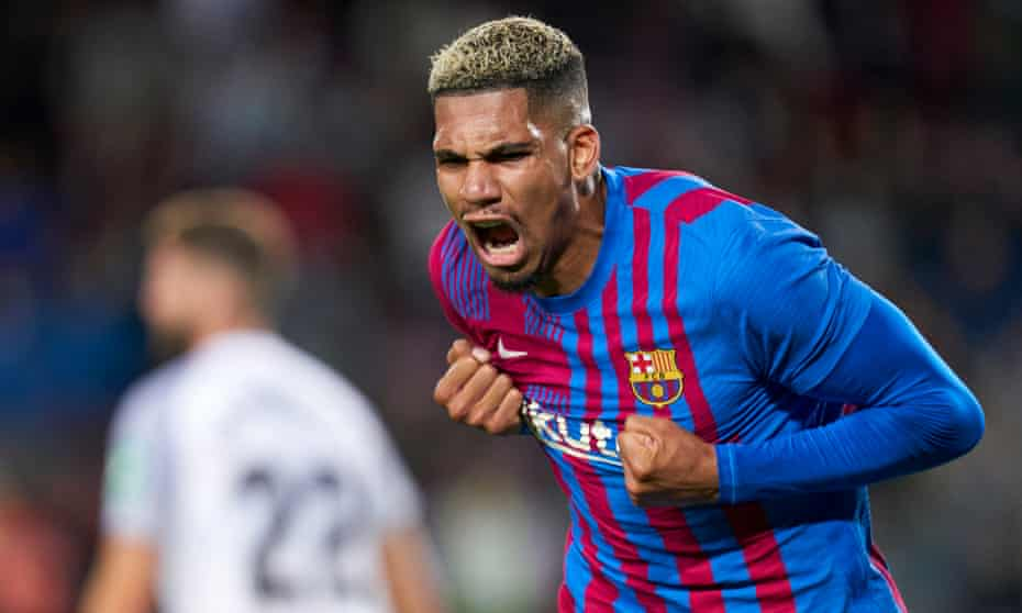Ronald Araujo celebrates scoring Barcelona's last-gasp equaliser against Granada at Camp Nou