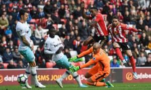 Fabio Borini scores Sunderland's second equaliser.