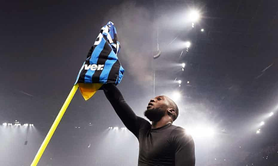 Internazionale's Romelu Lukaku raises his shirt on a corner flag after sealing victory in the dramatic Milan derby with a late header.