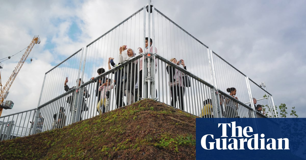 Marble Arch Mound draws crowds keen to see how bad it is