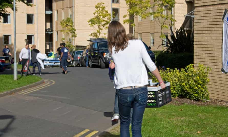 Fresher students moving into Halls of residence, University of Birmingham, UK. Image shot 2009