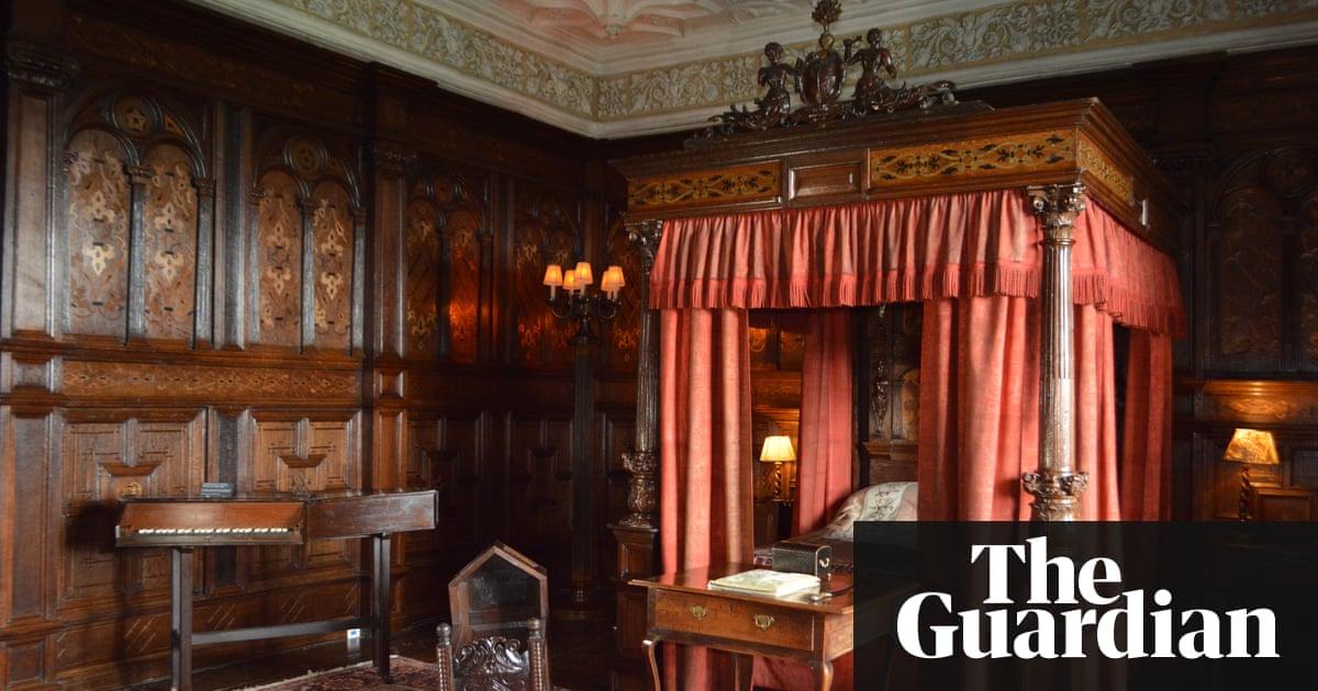V a returns tudor bedroom to original sizergh castle for Tudor style bedroom