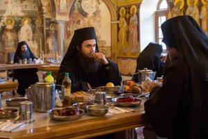 Ένας μοναχός σε βαθιά σκέψη καθώς τρώει στη σκηνή του παντοκράτορος.