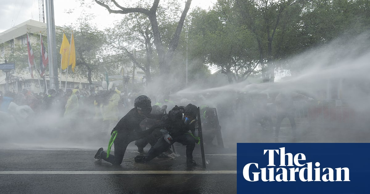 Thai police clash with anti-government protesters amid expanded covid lockdown – video