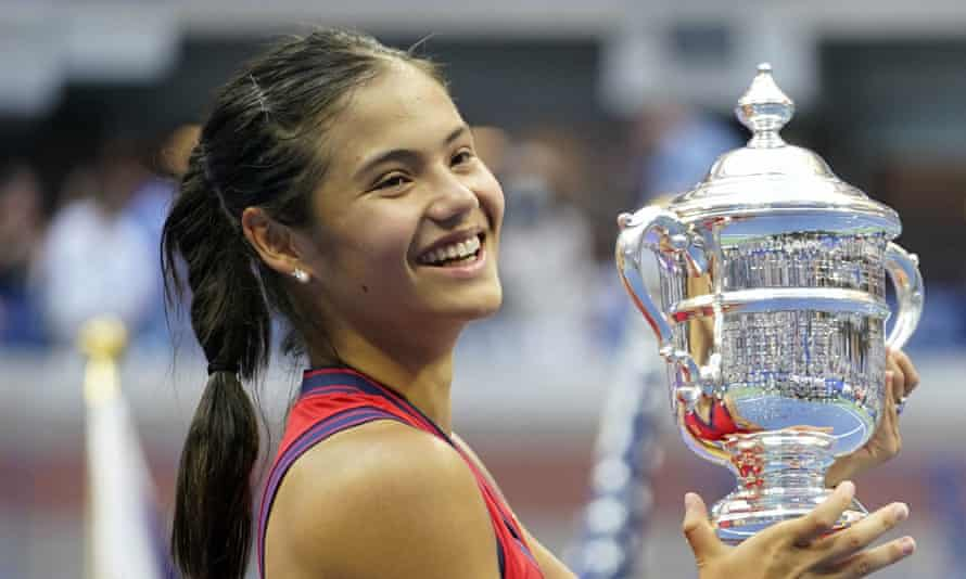 Emma Raducanu celebrates with the US Open trophy.