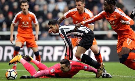 Newcastle survive Luton onslaught to progress thanks to Ayoze Pérez double