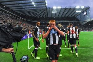 Longstaff kisses the badge of Newcastle United.