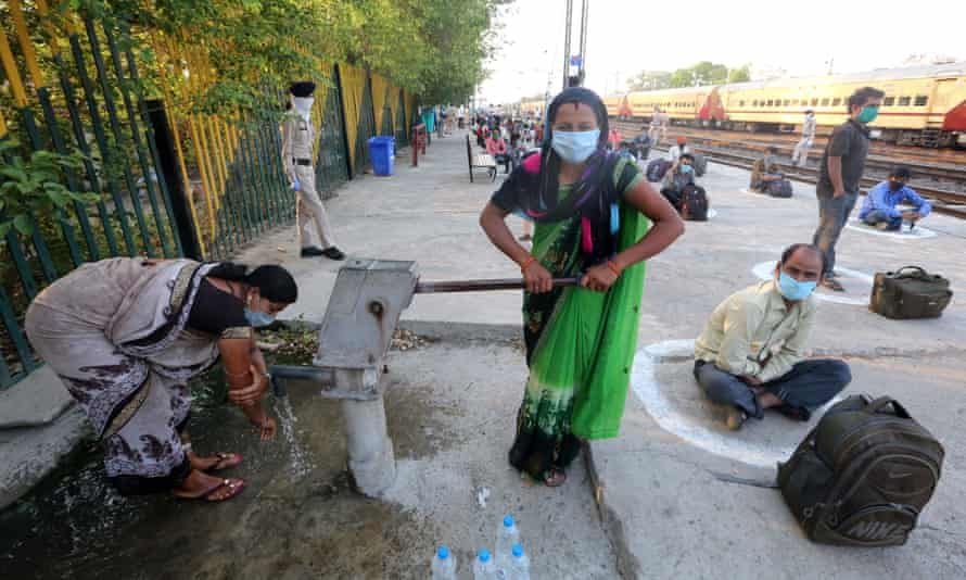 Women collect water in Bhopal.