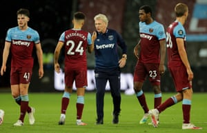 David Moyes congratulates his players after their win.