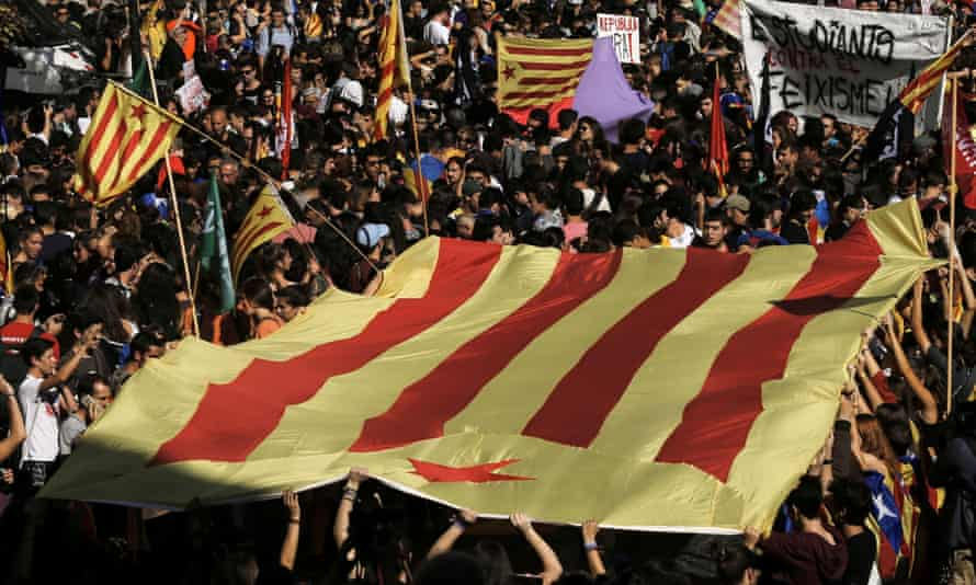 Students carry a Catalan pro-independence flag during a demonstration in Barcelona, 26 October, 2017.