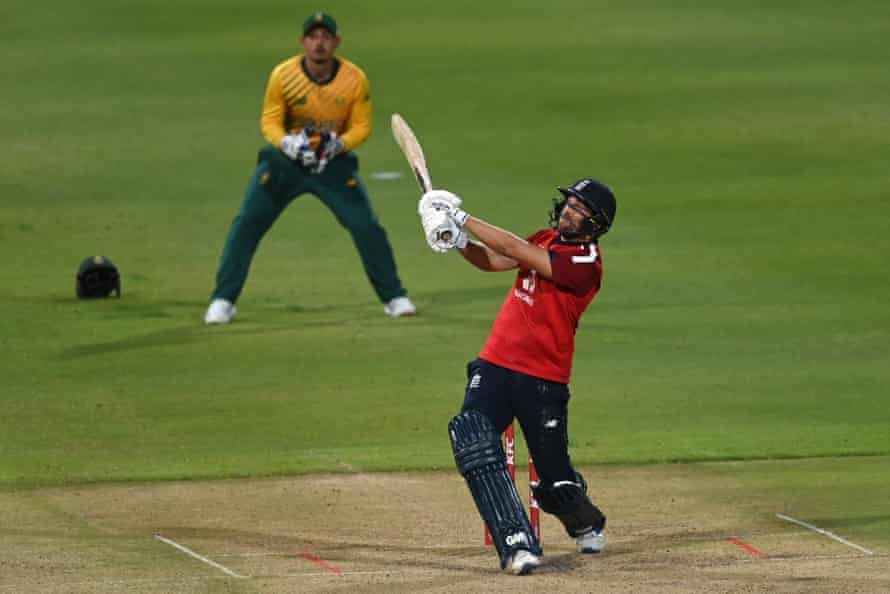 Dawid Malan smashes another six as the South Africa wicketkeeper Quinton de Kock looks on.