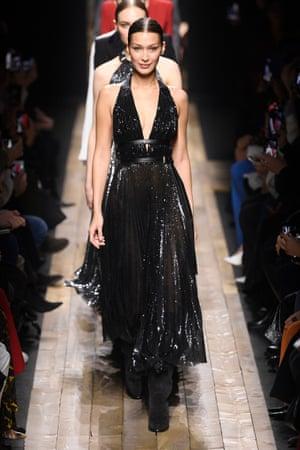 Người mẫu Bella Hadid mặc một chiếc váy dạ hội làm từ chất liệu sequin được sản xuất bền vững tại show diễn của Michael Kors.