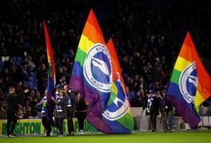 Cờ ren Stonewall Rainbow được nhìn thấy trước khi bắt đầu.