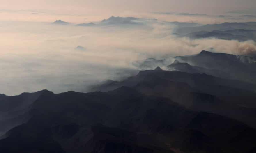 Smoke from bushfires blankets mountain ranges