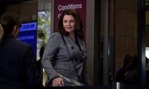 La periodista de ABC Louise Milligan fuera de la corte el martes
