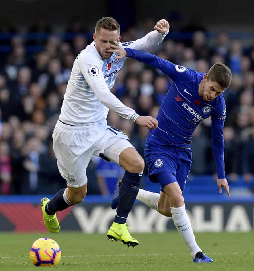 Jorginho attempts to hand off Gylfi Sigurdsson during Everton's battling draw at Stamford Bridge.