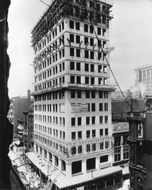 Ingalls Building in Cincinnati, under construction in 1903. It was the first reinforced concrete skyscraper in the world.