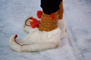 A spectator wearing traditional Sámi shoes.