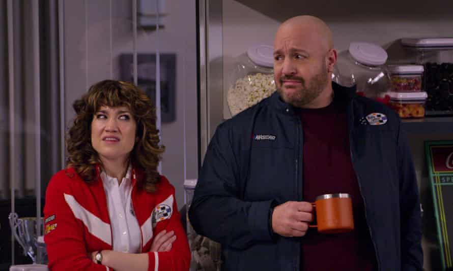 Beth (Sarah Stiles) and Kevin (Kevin James) in The Crew