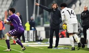 juventus teknik direktörü andrea pirlo (ortada), salı günü tarafının fiorentina ile 3-0 mağlup olmasına engel olamadı.