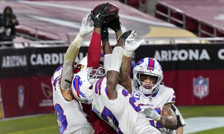 Arizona Cardinals wide receiver DeAndre Hopkins catches the game-winning touchdown among a bunch of defenders