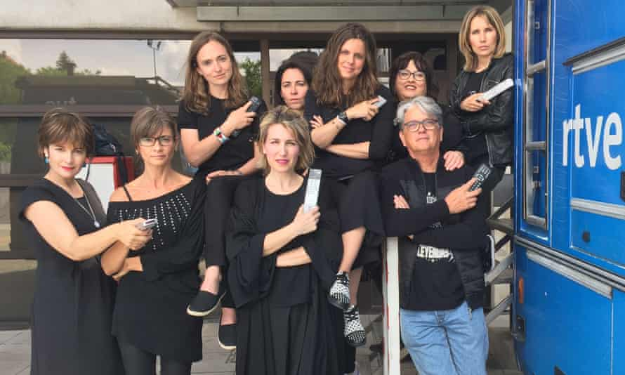 Spanish RTVE journalists wearing black in protest
