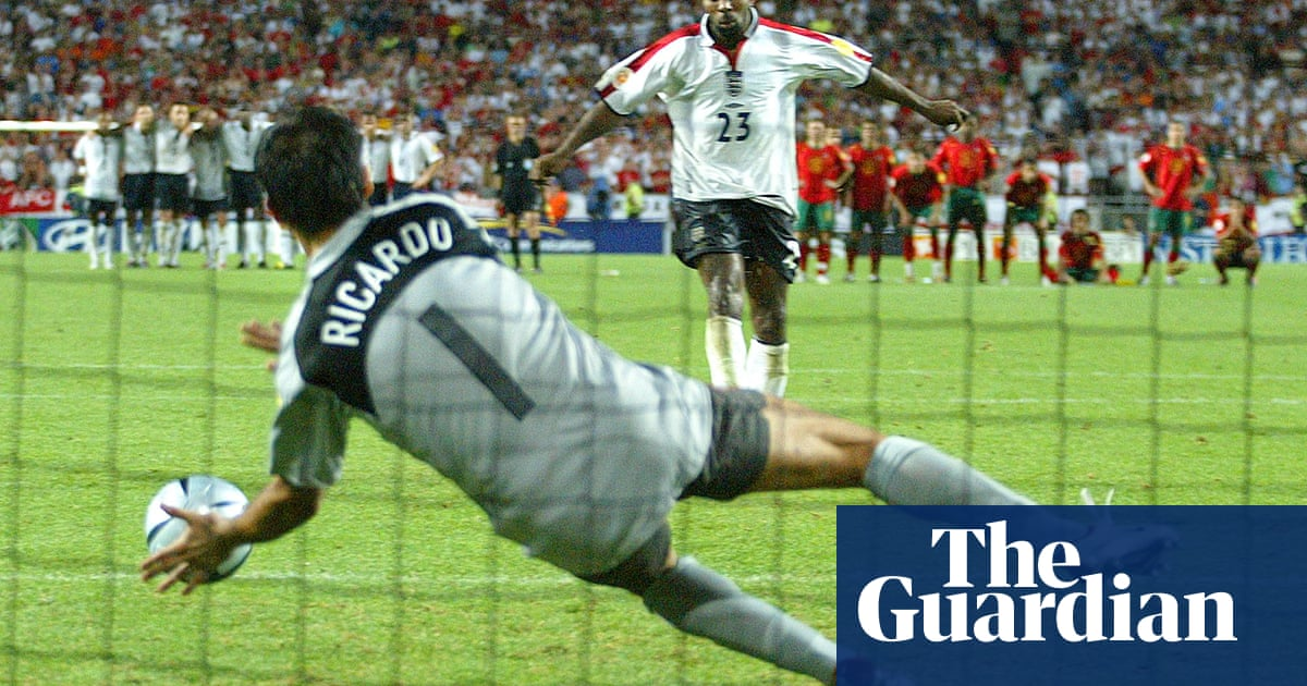77d3009ad When was the last time a top-flight goalkeeper played without gloves? | The  Knowledge | Football | The Guardian