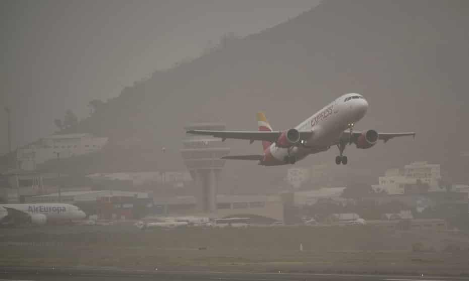 A passenger plane takes off from the Santa Cruz de Tenerife airport after the sandstorm that stranded travellers.