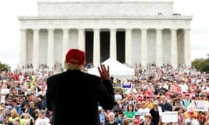 Donald Trump faces the Lincoln Memorial