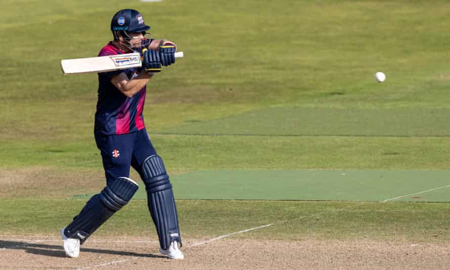 Graeme White helped Northamptonshire beat Warwickshire and reach the last eight of the T20 Blast.